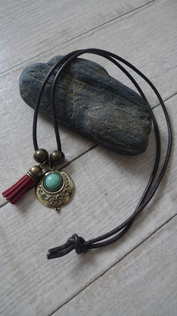 .•♥¨) Collier cuir et antique (¨♥•.¸